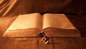 被开张的圣经 免版税库存图片