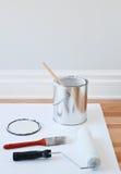 被开张的罐头油漆和绘画工具 图库摄影