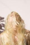 被弄乱的金发碧眼的女人,户外 免版税库存照片