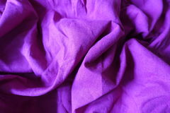 被弄皱的充满活力的紫罗兰色简单的亚麻制织品 库存图片
