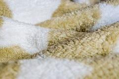 被弄皱的棕色软的婴孩毯子 免版税库存图片