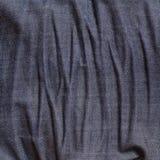 被弄皱的牛仔裤布料纹理 免版税库存图片