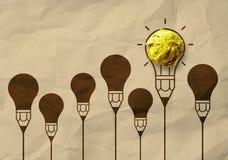 被弄皱的电灯泡回收在铅笔电灯泡的纸作为creati 库存照片