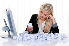 被弄皱的纸张包围的妇女 免版税库存照片