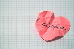被弄皱的纸心脏 免版税库存图片