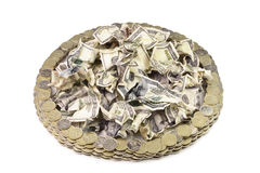 被弄皱的美元和俄国硬币以圈子的形式 免版税库存图片