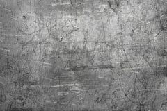 被弄皱的金属背景纹理,黑暗的铁板材 免版税库存照片