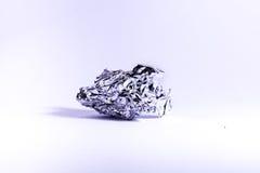 被弄皱的铝锡纸大反差金属对象被隔绝的白色背景 免版税库存照片