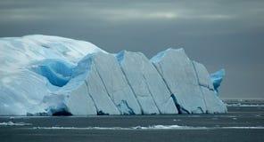 被弄翻的冰山 免版税库存照片