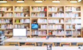 被弄脏的书架在图书馆屋子里 免版税图库摄影