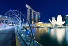 被弄脏的人民走在螺旋桥梁的,新加坡 免版税库存图片