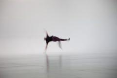 被弄脏的人跳舞在白色演播室 免版税库存照片