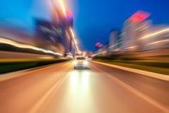 被弄脏的光,交通长的曝光照片  免版税库存照片