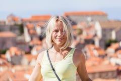 被弄脏的全景都市风景背景的美丽的年轻白肤金发的女孩  杜布罗夫尼克市 图库摄影