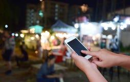 被弄脏的图象手举行和触摸屏聪明的电话和食物在 库存照片