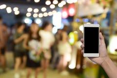 被弄脏的图象手举行和触摸屏聪明的电话和食物在 库存图片