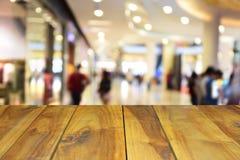 被弄脏的图象木桌和抽象人民在sho走 图库摄影