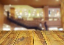 被弄脏的图象木桌和抽象内部旅馆大厅backg 图库摄影