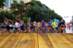 被弄脏的图象木桌和马拉松runne的抽象开始 库存照片