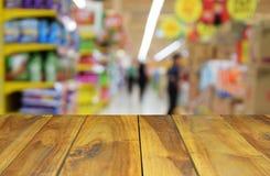 被弄脏的图象木购物在superma的桌和抽象人 免版税库存照片