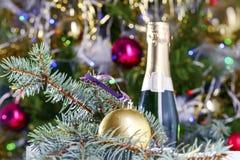 被弄脏的圣诞节背景纹理,圣诞树,球,香槟 免版税库存照片