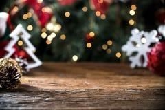 被弄脏的圣诞节表在焦点, Xmas木板条点燃背景,木书桌,弄脏本级教室 免版税图库摄影