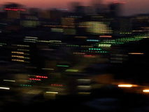 被弄脏的城市光在晚上 免版税库存照片