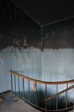 被弄脏的墙壁和楼梯在被放弃的房子里 库存照片