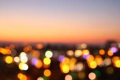 被弄脏的夜城市背景的抽象图象与圈子的点燃 库存图片