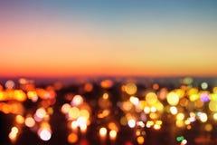 被弄脏的夜城市背景的抽象图象与圈子的点燃 免版税库存照片