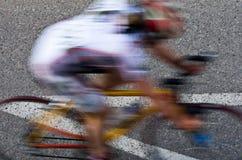 被弄脏的女性路骑自行车者 免版税图库摄影