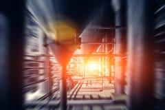 被弄脏的工业啤酒厂植物或工厂有钢管蚂蚁大桶或坦克的背景的,快行作用与阳光 免版税图库摄影
