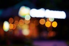 被弄脏的抽象照片, Bokeh照片点燃,街灯在焦点外面 背景城市被弄脏的迷离摘要 库存照片