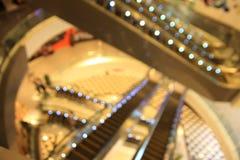 被弄脏的抽象自动扶梯和人商城backgroun的 免版税图库摄影
