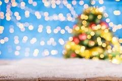被弄脏的抽象金黄斑点点燃与圣诞树 库存照片