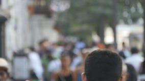 被弄脏的无法认出的人民在市中心附近走 在焦点外面是奔忙大印度城市背景与 影视素材
