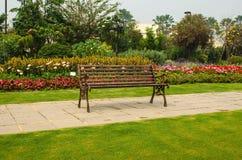 被弄脏的椅子在绿色自然庭院里 库存照片