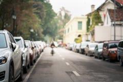 被弄脏的汽车在都市街道边停放了 免版税库存图片