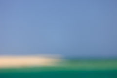 被弄脏的海、天空和海滩 库存图片