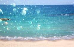 被弄脏的海滩和海背景挥动与bokeh光 库存照片