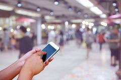 被弄脏的照片和智能手机在人商城的与bok 免版税图库摄影