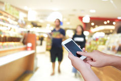 被弄脏的照片和智能手机在商城背景与bo 免版税库存图片