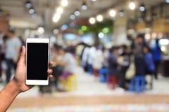被弄脏的照片和智能手机在食物中心在商城和 免版税库存图片