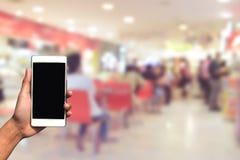 被弄脏的照片和智能手机在食物中心在商城和 免版税图库摄影