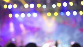 被弄脏的版本 跳舞在音乐音乐会的小组快乐的活跃激动的人民 五颜六色的光 股票录像