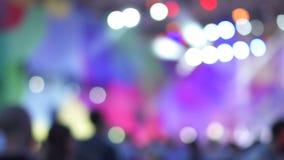 被弄脏的版本 跳舞在音乐音乐会的小组快乐的活跃激动的人民 五颜六色的光 影视素材