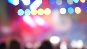 被弄脏的版本 跳舞在音乐音乐会的小组快乐的活跃激动的人民 五颜六色的光 股票视频