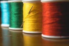 被弄脏的生动的颜色螺纹片盘短管轴,工业缝合的构思设计 免版税库存照片