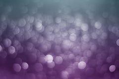 被弄脏的紫色闪烁bokeh摘要光背景 免版税库存照片