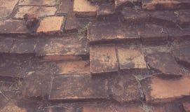 被弄脏的老黑褐色和红砖墙壁b被风化的纹理  免版税图库摄影